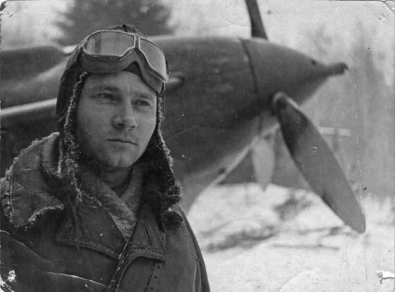 Commandant d'escadron adjoint du 5e GIAP F.I. Mochalov devant le chasseur LaGG-3. Décembre 1941
