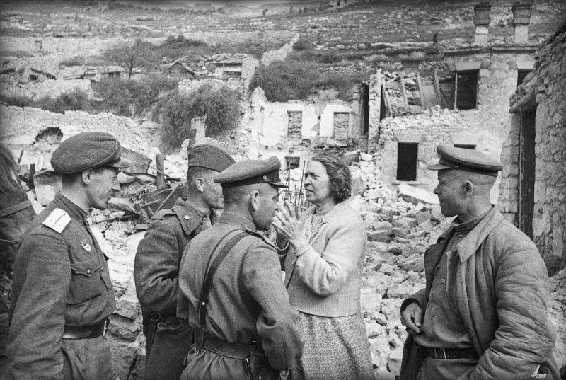 Un habitant de Sébastopol libéré s'entretient avec les officiers de l'Armée rouge. Mai 1944