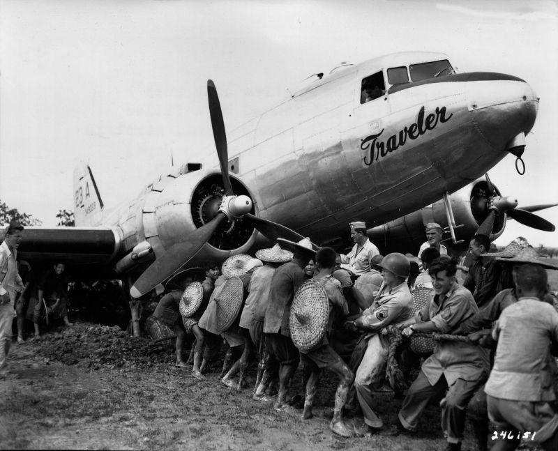 Les Chinois aident l'armée américaine à retirer l'avion C-47. 3 juin 1945