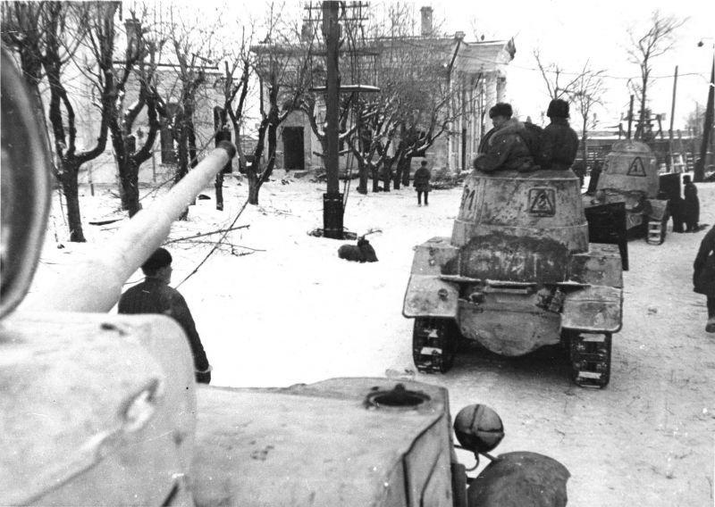 Une colonne de véhicules blindés soviétiques BA-10 dans le Shlisselburg libéré. Janvier 1943