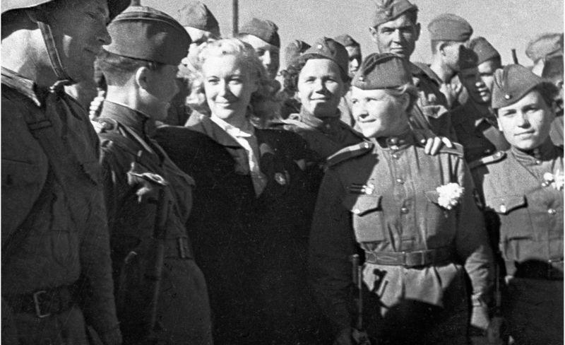 L'actrice L. Orlova escorte les soldats et commandants soviétiques au front depuis la gare de Bilajari. 1 avril 1943
