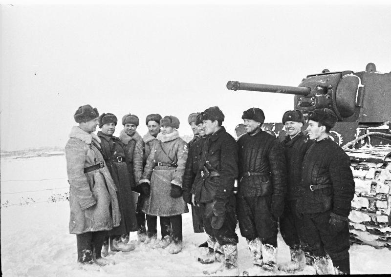 L'équipage du char KV-1 de la 8th Tank Brigade s'entretient avec les constructeurs du passage de la Volga. 7 janvier 1942