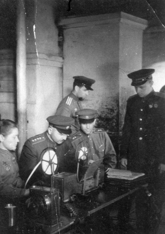 Le général d'armée I.Kh. Baghramyan au siège du 1er front balte au télétype. 1944 g.