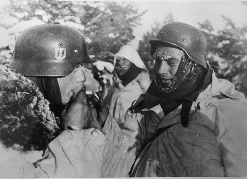 Des grenadiers SS allument des cigarettes près de Kharkov. Janvier - février 1943