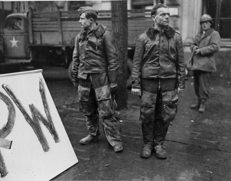 Des pilotes allemands ont abattu Eschweiler et capturés par des soldats de la 104e division d'infanterie américaine. 3 décembre 1944