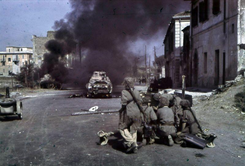 L'équipage d'artillerie allemande dans une bataille avec les troupes italiennes à Rome. 10 septembre 1943