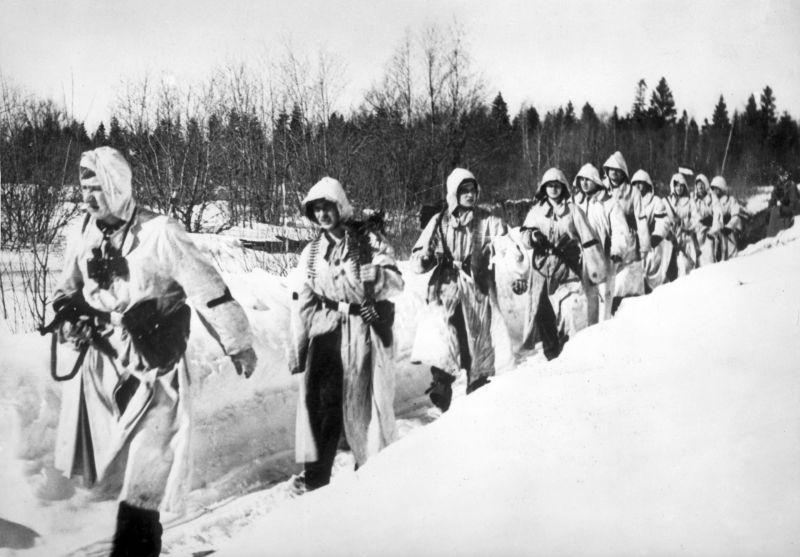 """Une unité de la Légion des volontaires SS """"Pays-Bas"""" en marche près de Leningrad. Avril 1942"""