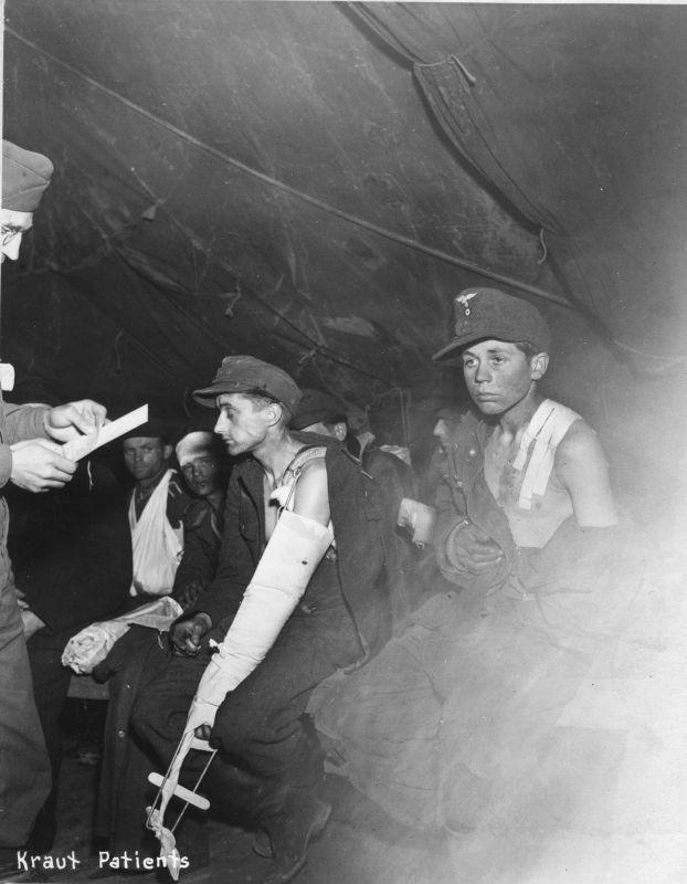 Prisonniers de guerre allemands blessés dans la tente du 59e hôpital d'évacuation américain. 1944 g.