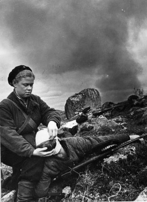 Instructeur sanitaire du régiment du Corps des Marines N.S. Burakova panse un homme blessé dans l'Arctique. 1942 g.
