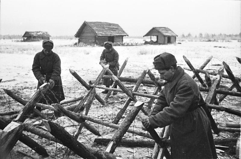 Les sapeurs du département du sergent I.V. Demina prépare des frondes pour les obstacles métalliques. 19 novembre 1941