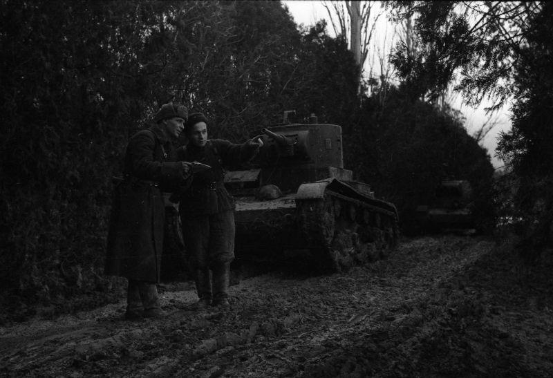 Lieutenant principal N.P. Maly et le commissaire A.V. Tkachenko clarifie la tâche à Sébastopol. 1942 g.