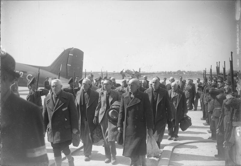 Rencontre des prisonniers français libérés du camp de concentration de Buchenwald à l'aérodrome du Bourget. 13 avril 1945