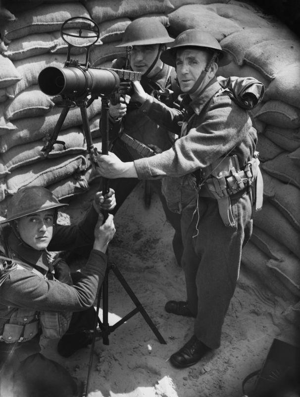 L'équipage de mitrailleuses anti-aériennes sur la côte britannique pendant la bataille d'Angleterre. 2 août 1940