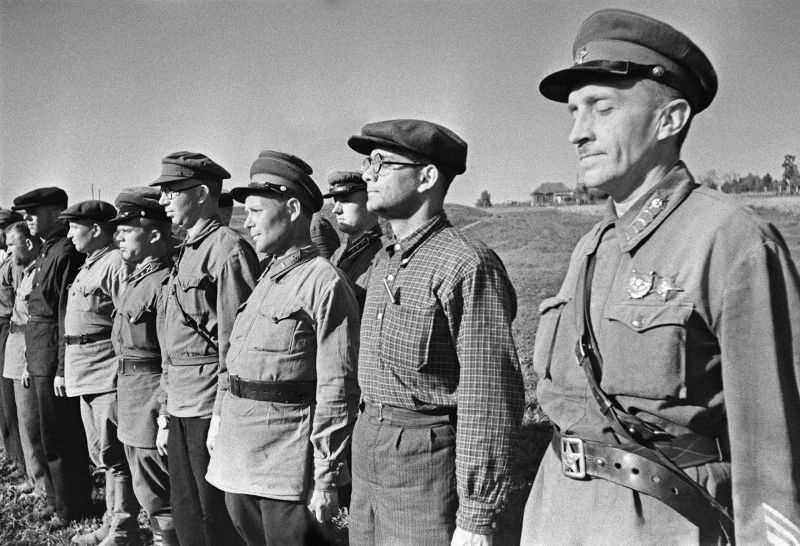 Milices et commandants de l'Armée rouge dans les rangs près de Moscou. 1941 g.