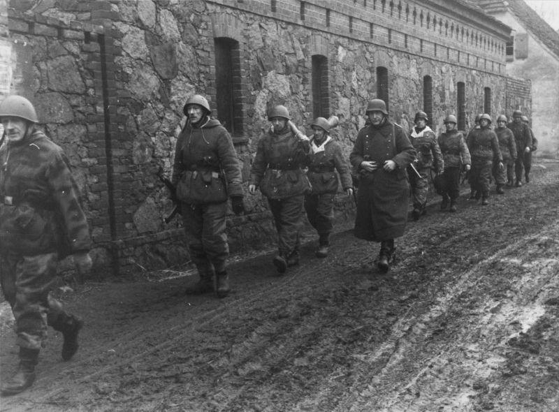 Détachement de Volkssturm en marche dans le village pendant les combats pour la tête de pont sur l'Oder Mars 1945