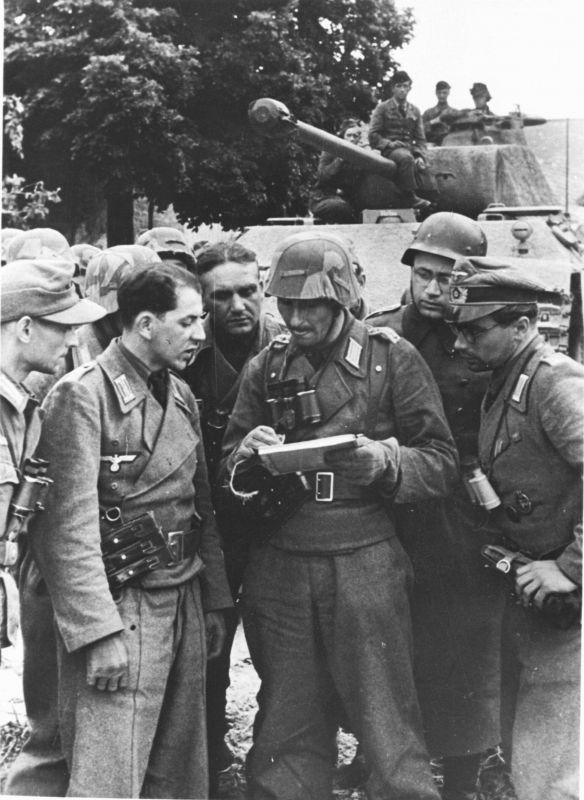 Panzergrenadiers de la Panzer Training Division avant la marche du Palier à Pont-Hébert. 10 juin 1944