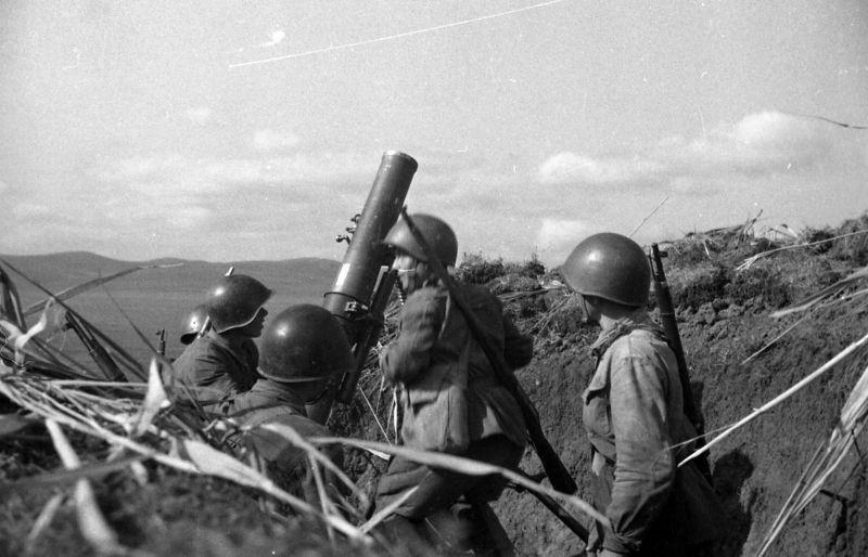 Le calcul du mortier PM-38 du sergent Tikhonenko en position dans le Caucase du Nord. Septembre 1942