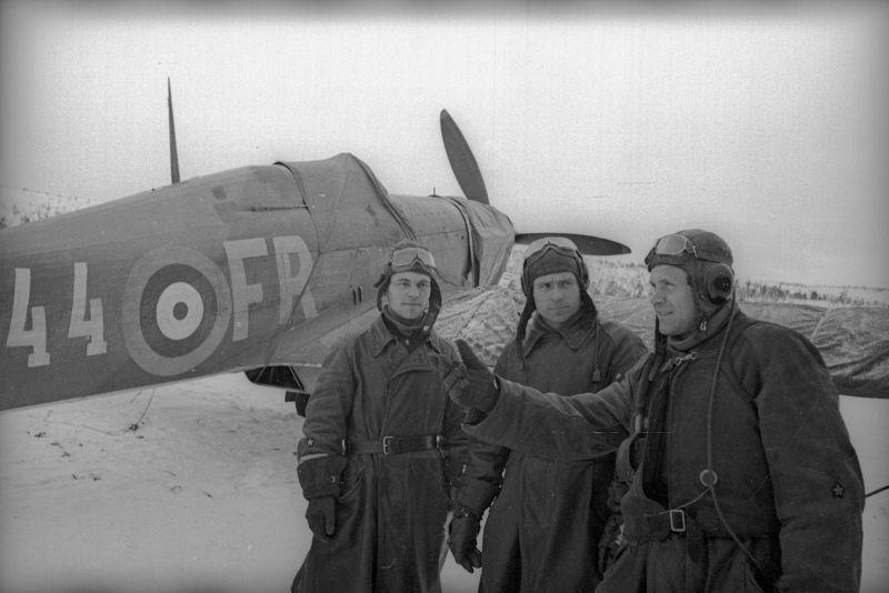 Les pilotes soviétiques D. Reutov, E. Vasiliev et V. Rodin près du chasseur Hurricane. Octobre - décembre 1941