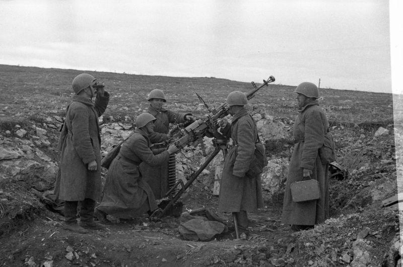 L'équipage anti-aérien de la mitrailleuse DShK K.O. Afanasyeva tire sur l'ennemi près de Sébastopol. Novembre 1941