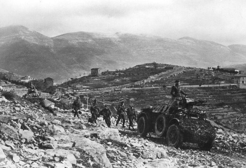 Des grenadiers allemands se déplacent dans les montagnes d'Italie sous le couvert de véhicules blindés Autoblinda AB 41. Février 1944