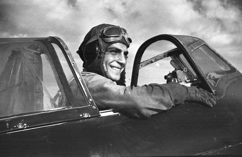 Le pilote du 6e GIAP Air Force Black Sea Fleet A.I. Kasabyants dans le cockpit d'un chasseur Yak-1 à Sébastopol. 1942 g.