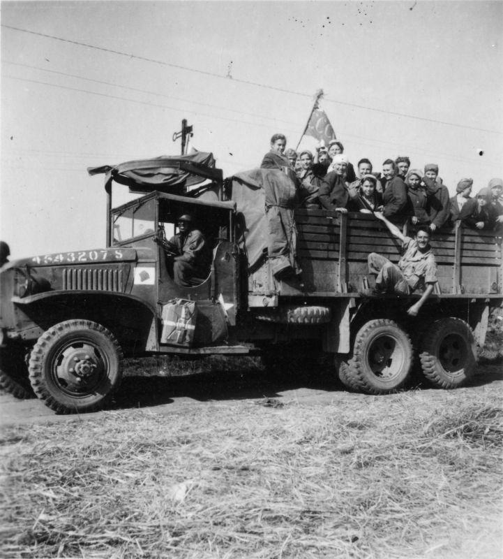 Le camion American Diamond T 968 transporte les citoyens soviétiques libérés à Plauen. Juin 1945