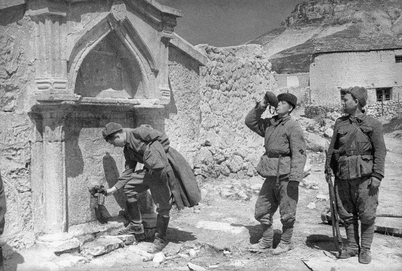 Des soldats de l'IPTA RKKA puisent de l'eau à une source dans le village de Duvankoy près de Sébastopol. 2 mai 1944
