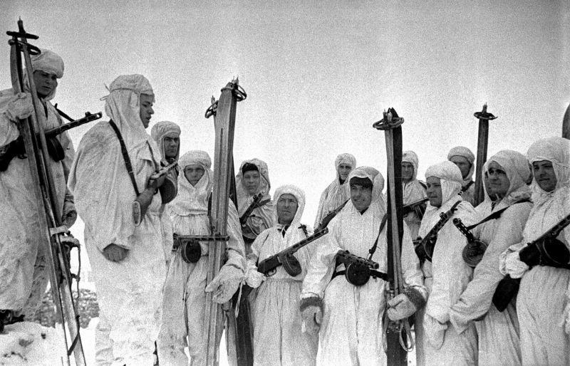 Des soldats du bataillon de ski de l'Armée rouge en marche sur le front de Voronej. Décembre 1942