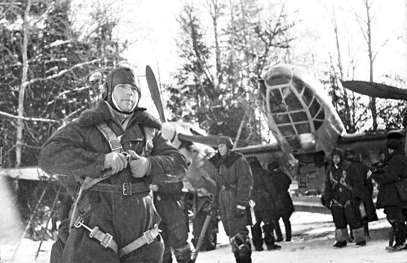 Les membres de l'équipage du bombardier soviétique Pe-2 avant une mission de combat