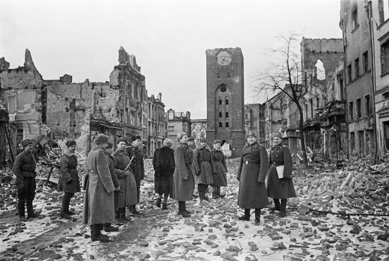 Le colonel général V.T. Volsky entouré d'officiers sur la rue Danzig. Mars 1945