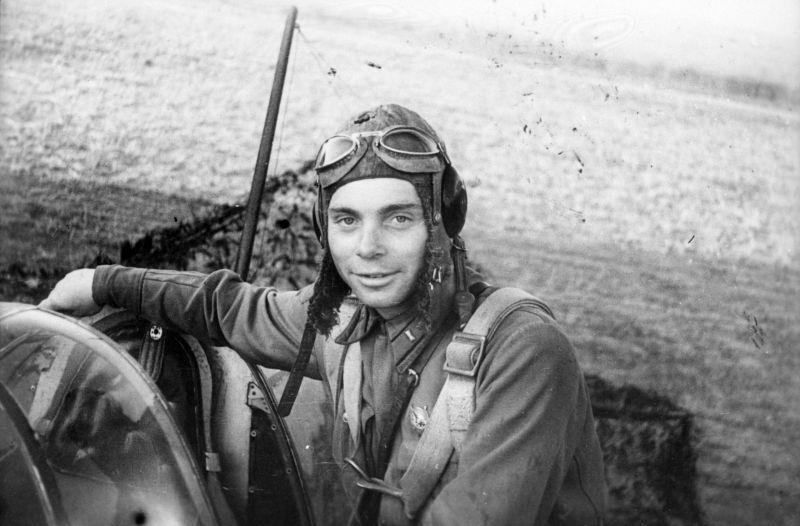 Commandant d'escadron du 864th IAP Captain D.V. Khokhlov dans son chasseur LaGG-3. Juin - août 1942