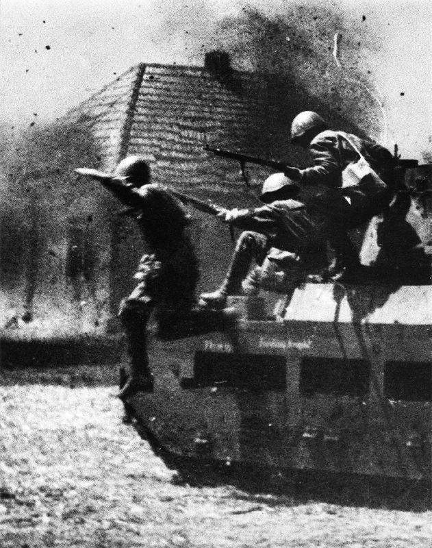 Les soldats de l'Armée rouge sautent de l'armure du char Matilda dans la bataille près de la ville de Zmiev. Mai 1942