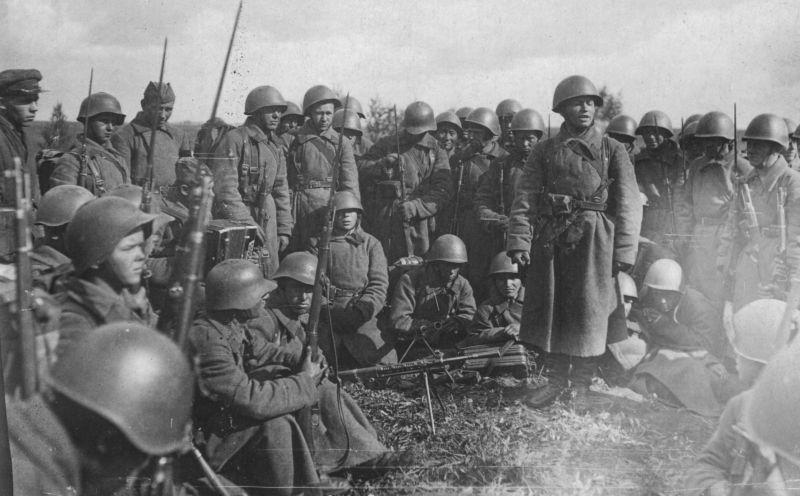 Un rassemblement de soldats de la 166e Division d'infanterie avant la bataille sur les approches lointaines de Moscou. Octobre 1941