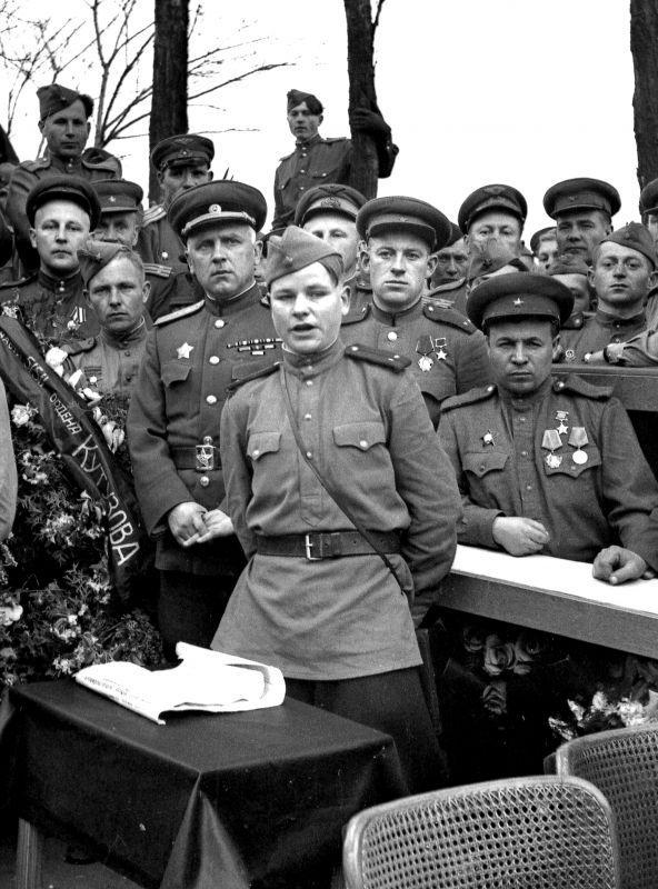 Un rassemblement de soldats célèbres de la 59e armée dans la ville allemande de Bunzlau. Avril 1945
