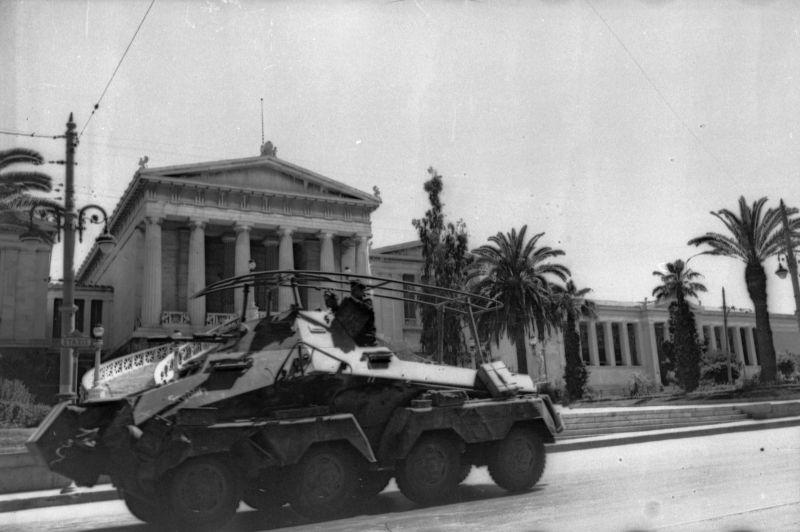 Voiture blindée allemande Sd.Kfz. 232 passe devant la Bibliothèque nationale d'Athènes. Mai 1941