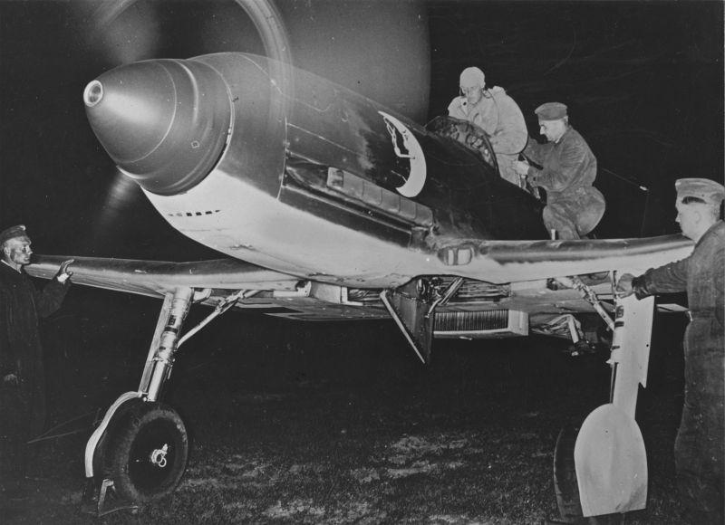 """Le chasseur allemand """"Heinkel"""" He 100 se prépare pour un vol de nuit. 1940 g."""