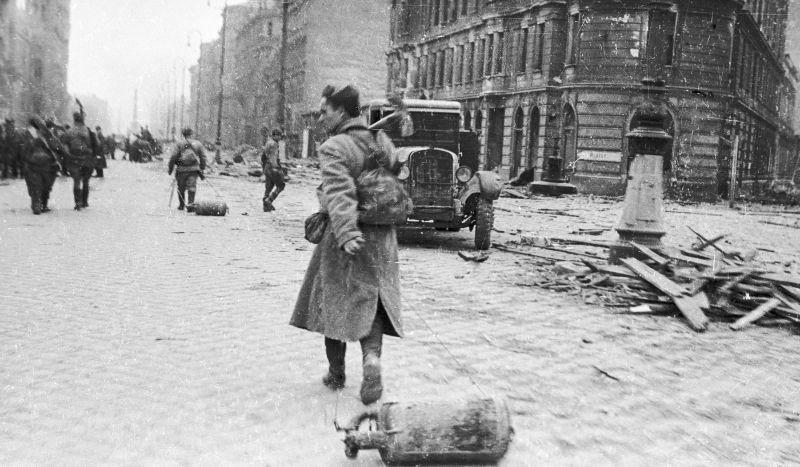 Les lance-flammes sont envoyés en position avancée pendant les batailles pour Vienne. 13 avril 1945