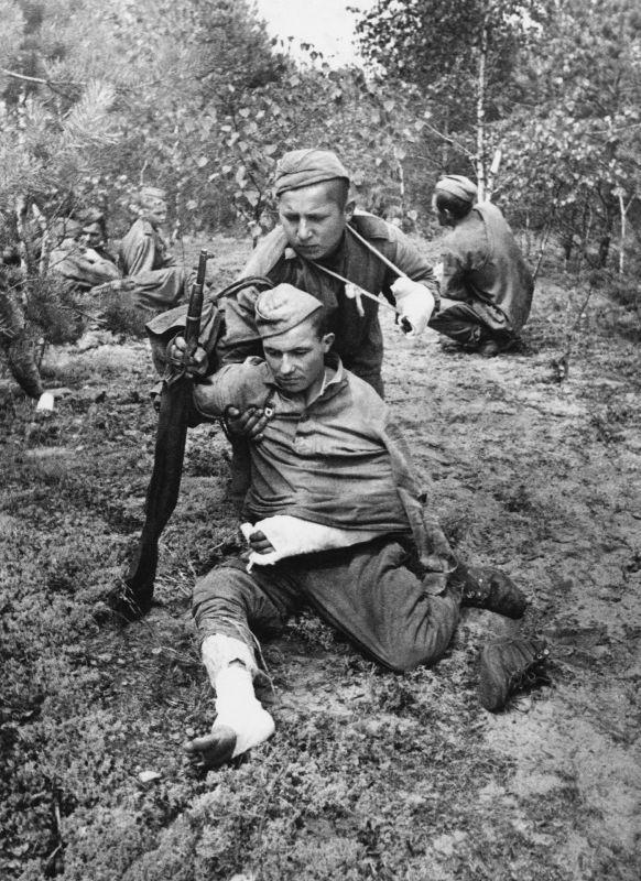 Soldats blessés de l'Armée rouge à l'arrêt sur le chemin de la PMP-117. 1944 g.