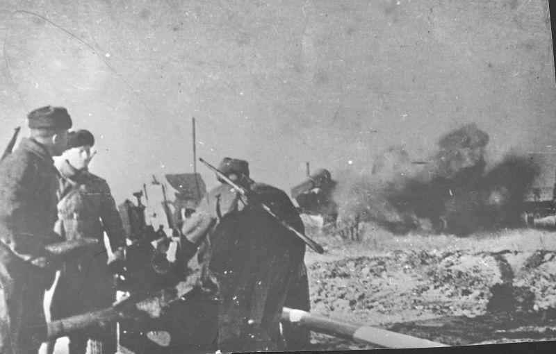 L'équipage du canon ZiS-3 du 34th Guards Rifle Regiment tire sur Stalingrad. 1942 g.