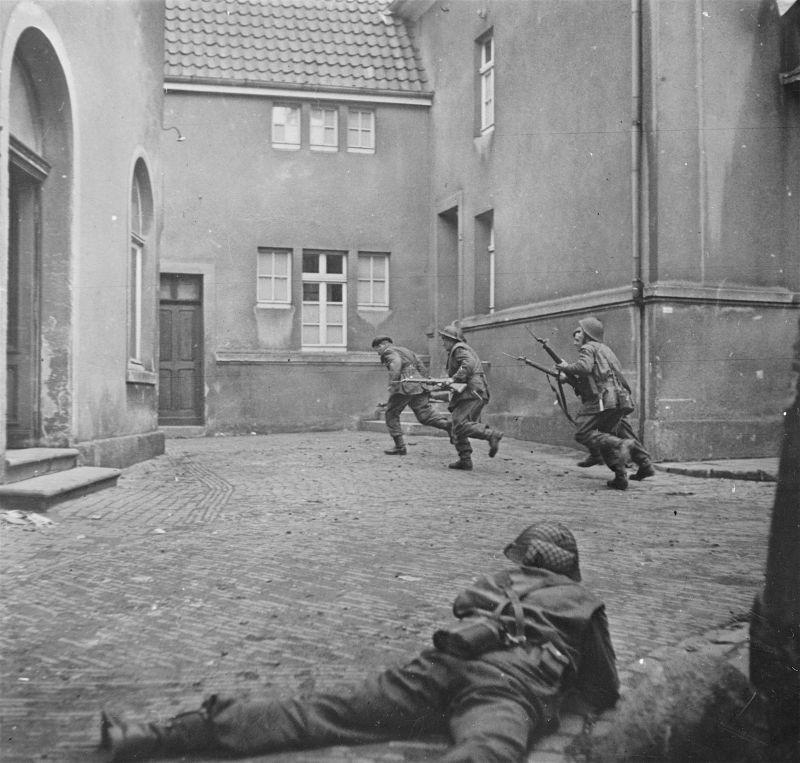 Des soldats de la 3e division britannique dans une bataille contre des tireurs d'élite allemands dans la ville de Lingen. 7 avril 1945