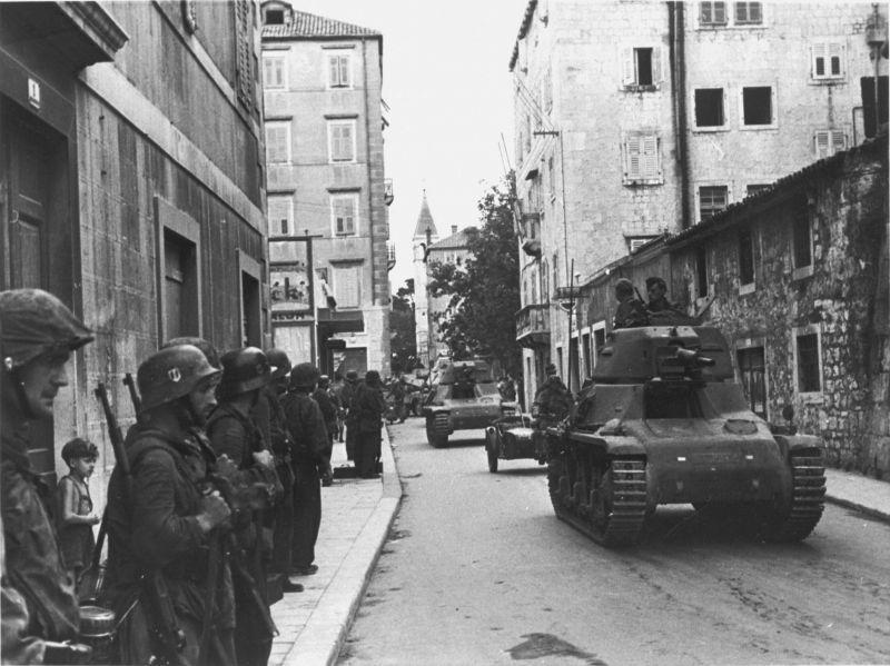 Des soldats SS et des chars Pz.Kpfw. 35H (f) dans la ville capturée de Split. 28 septembre 1943