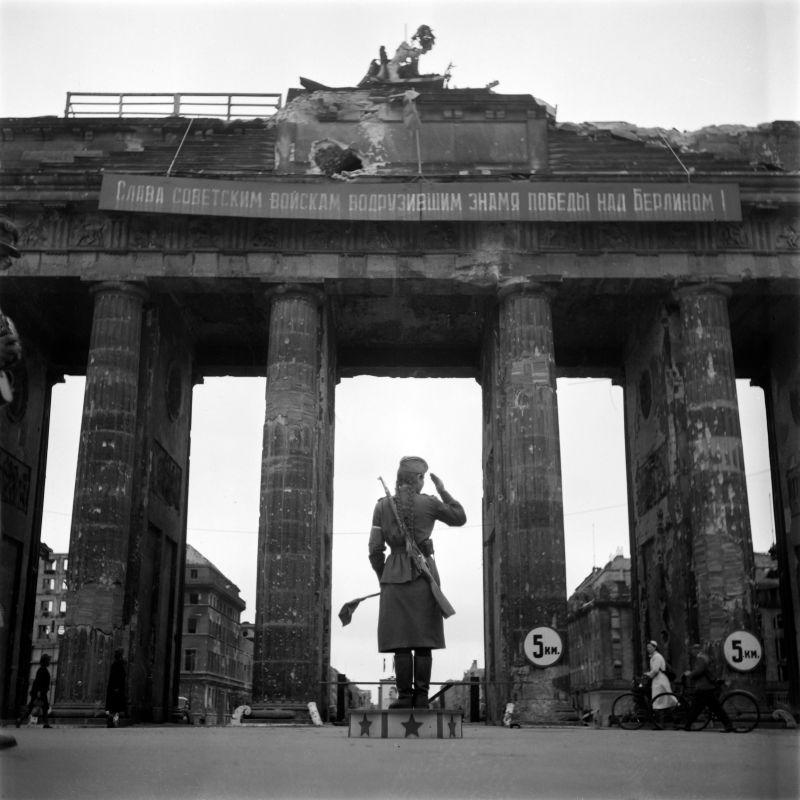 Contrôleur de la circulation soviétique à la porte de Brandebourg à Berlin. Juillet 1945