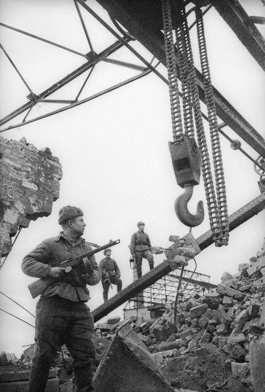 Les mitrailleurs soviétiques dans l'atelier détruit de l'usine métallurgique de Kertch. Mai 1944