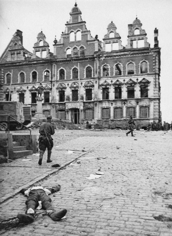 Des soldats soviétiques sur la place de la Vyborg nouvellement libérée. 20 juin 1944