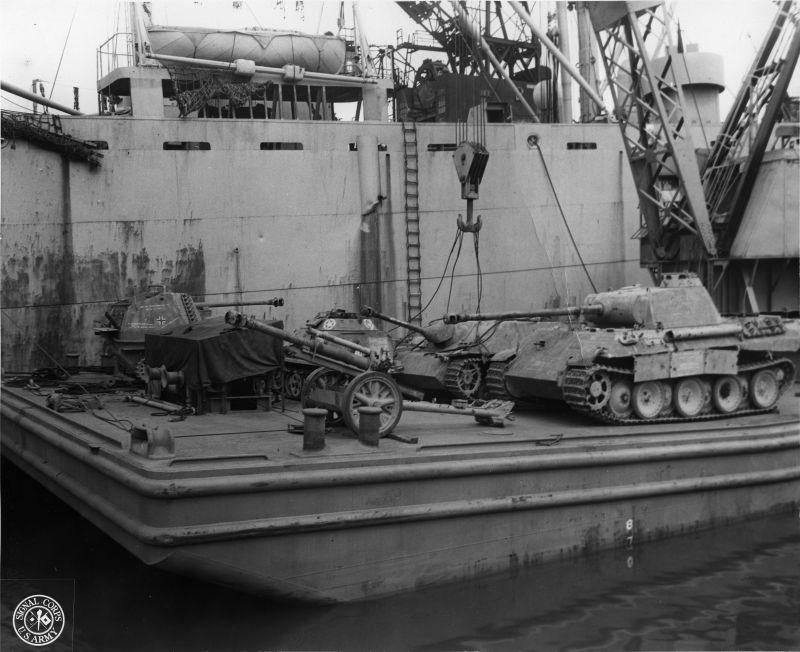 Déchargement du matériel allemand capturé par les Américains en Italie à partir d'un navire à Newport. 9 septembre 1944