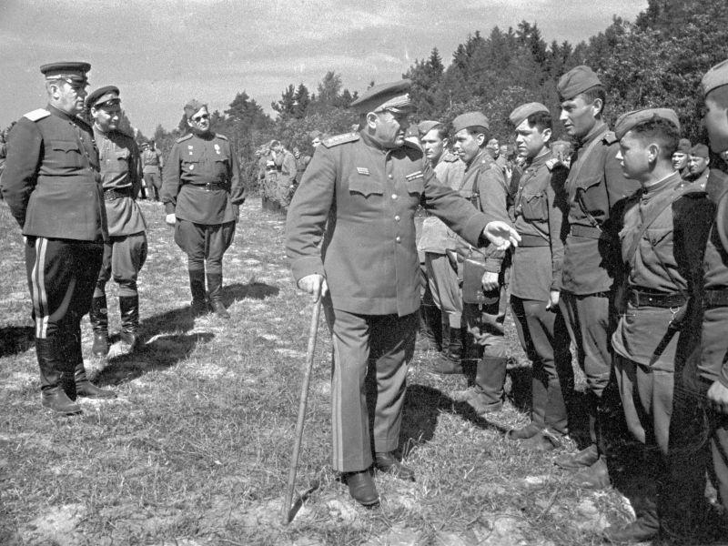 Le général d'armée A.I. Eremenko marche le long de la file des soldats qui reçoivent des ordres. Août 1944