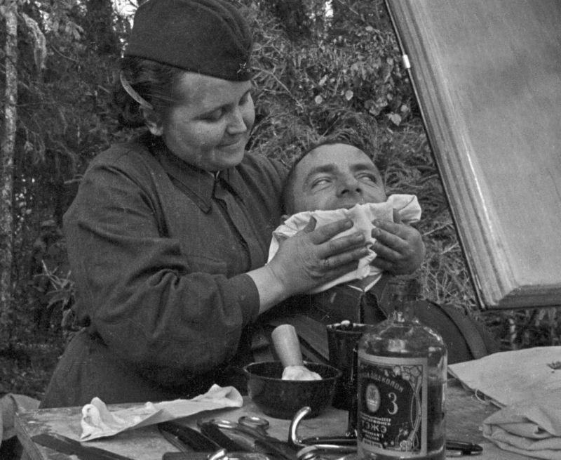 Capitaine de l'Armée rouge chez le coiffeur de première ligne