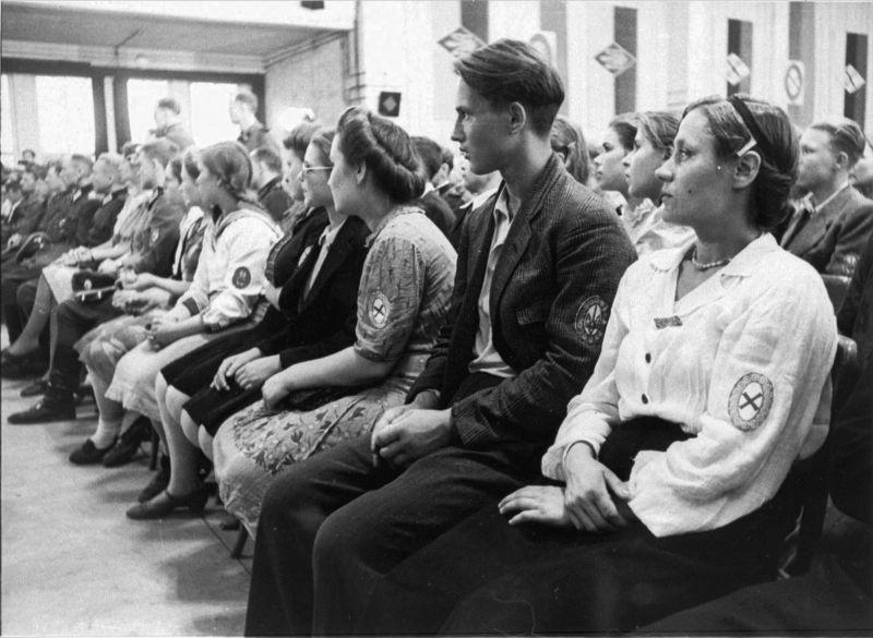 Ostarbeiters lors de la cérémonie de remise des badges nationaux. 28 août 1944