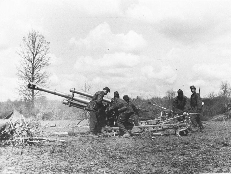 """L'équipage de l'obusier de montagne de 105 mm de la SS Mountain Division """"Khanjar"""" déploie le canon. Avril 1944"""