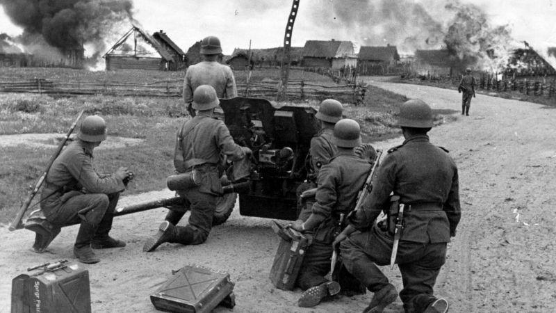 Calcul des artilleurs SS au canon PaK 35/36 dans la rue d'un village soviétique. Septembre 1941